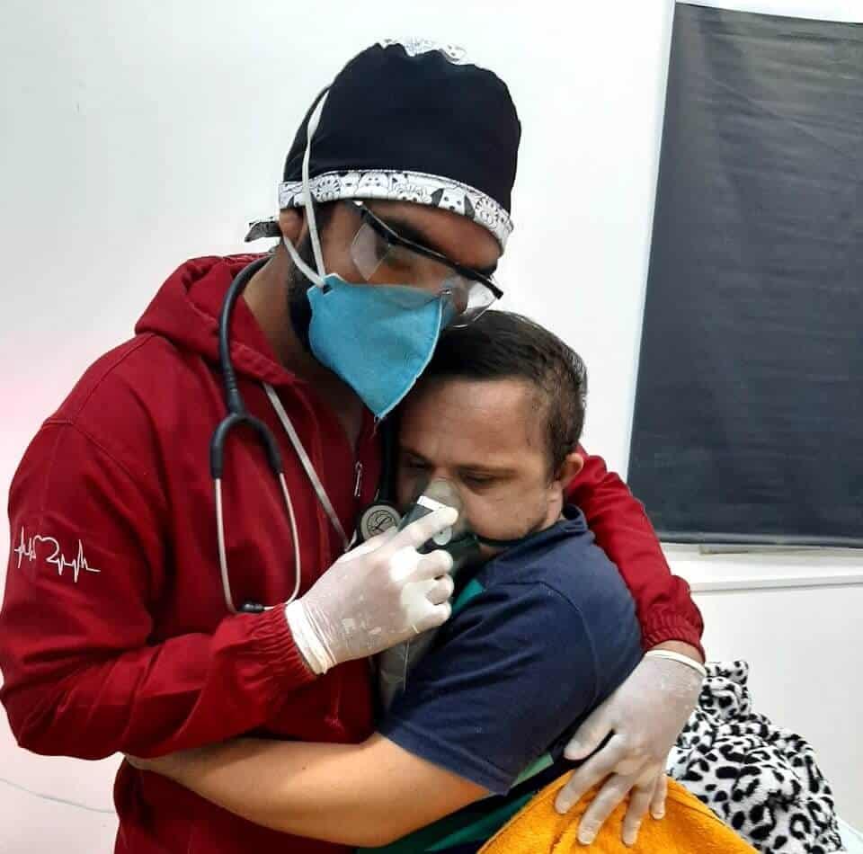Foto de enfermeiro consolando paciente com Down em abraço emociona o mundo!