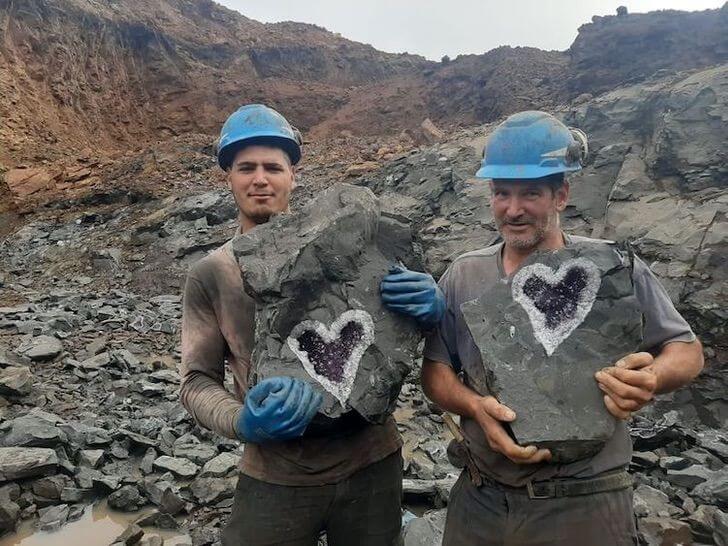 Mineradores encontram quartzo em rocha e formato encanta com tanta beleza!