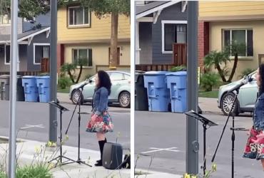 Mulher canta para casa de repouso da calçada e sua voz faz o bairro PARAR de emoção