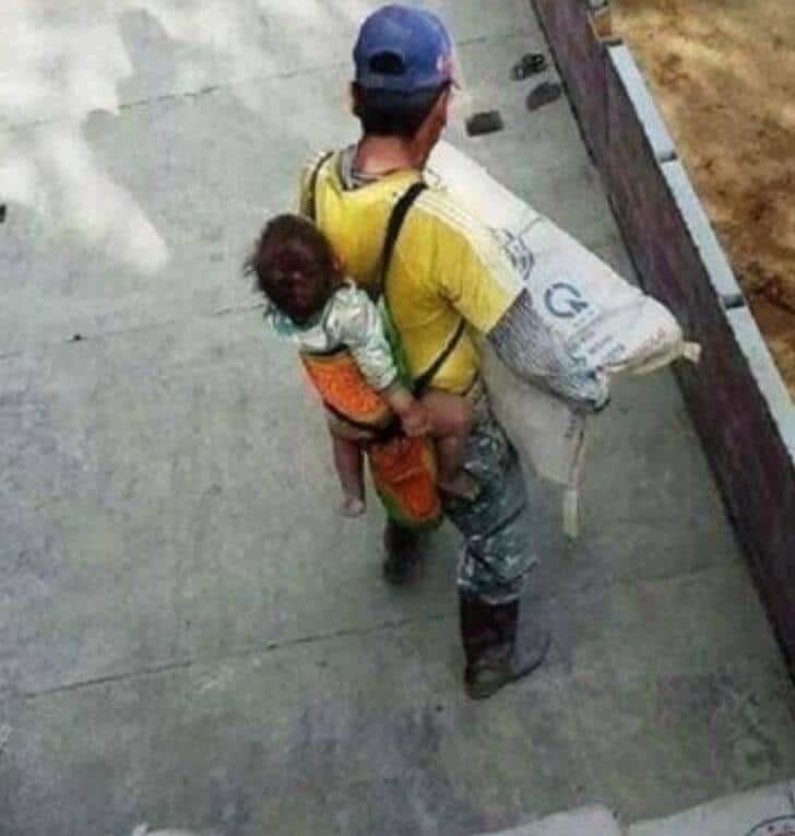 Pai que ficou viúvo é visto trabalhando com filho nas costas, para não deixá-lo sozinho