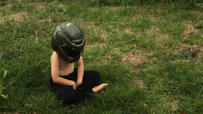 Ao ouvir do filho 'vou fazer namaste no quintal e volto logo', mãe o encontra da melhor forma