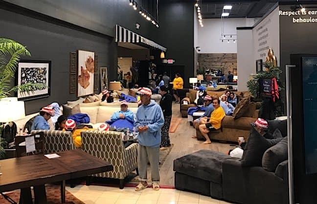 Por causa de tempestade, proprietário disponibiliza sua loja de móveis para desabrigados