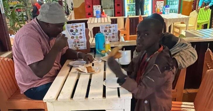 Ao pedir café da manhã para homem, meninos órfãos ganham mais que alimento