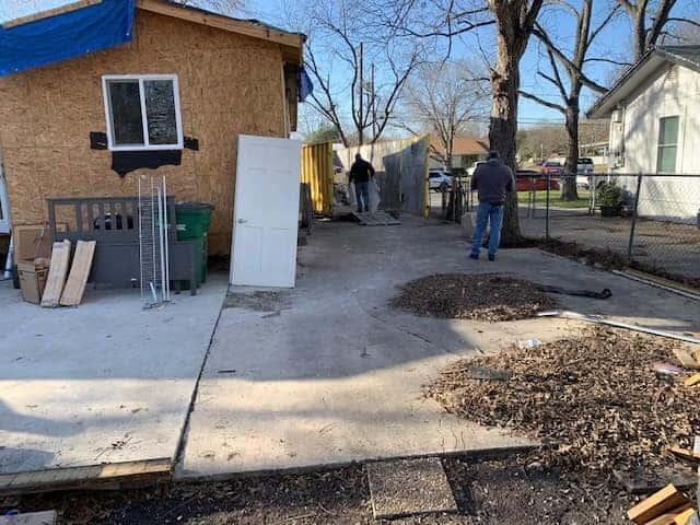 Comunidade se reúne e reconstrói casa para que amigo de 94 anos possa voltar a morar nela!