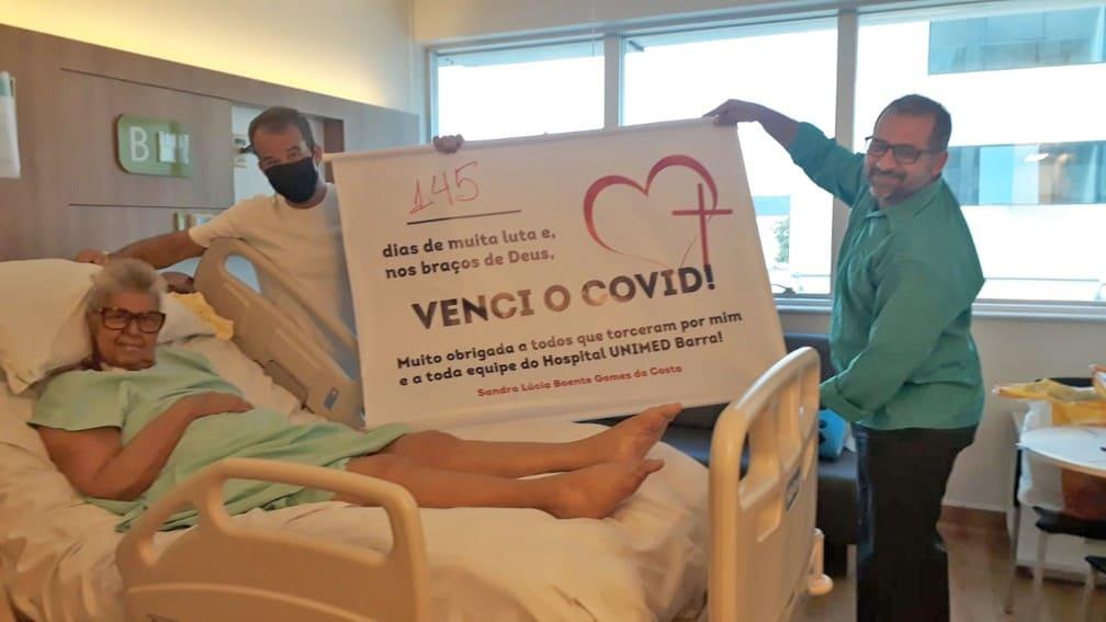 Idosa que passou 145 dias internada por causa da Covid-19 recebe alta