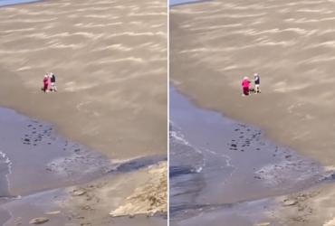 Casal de idosos é flagrado dançando em praia e cena ULTRAPASSA o romantismo
