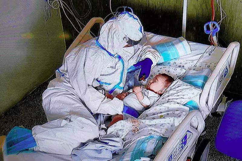 enfermeira-consola-bebe