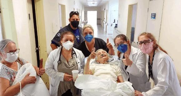 Depois de passar 17 dias internada, idosa de 100 anos volta para casa!