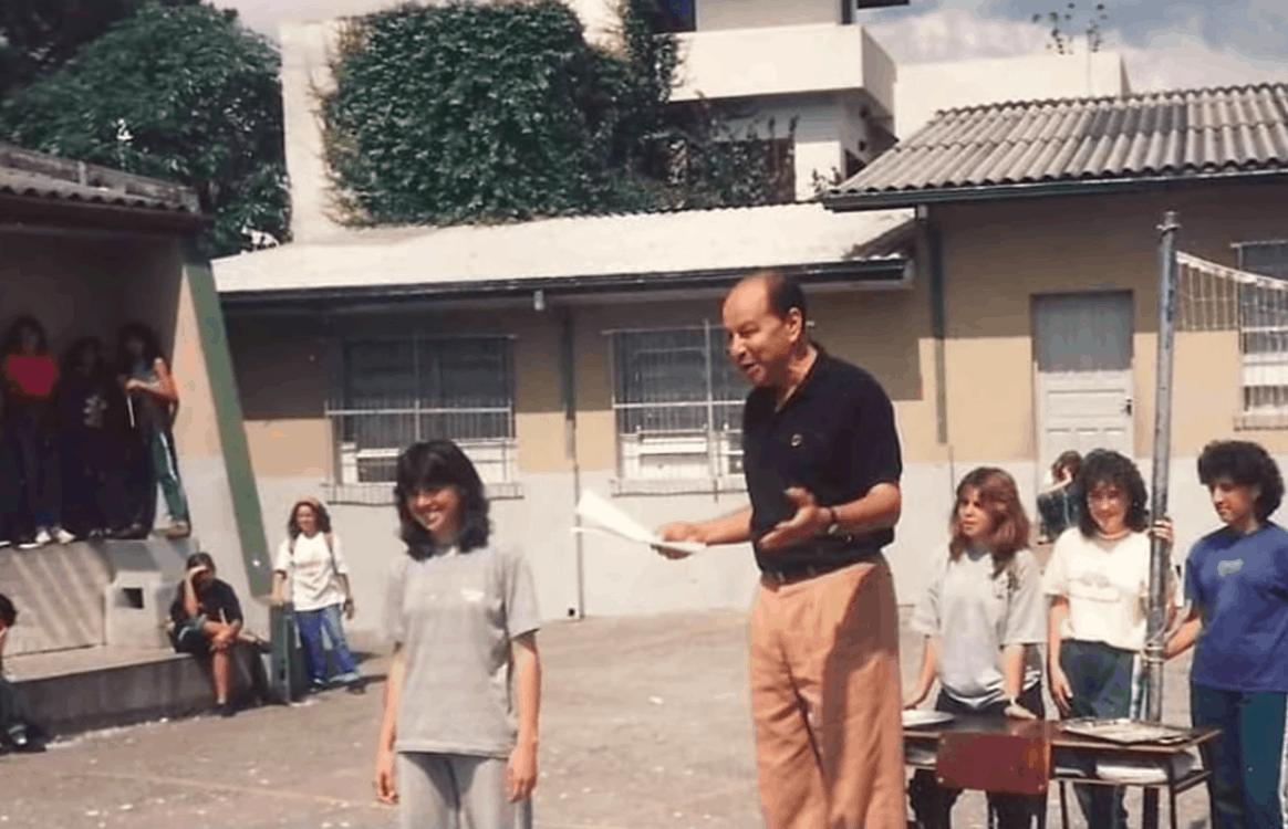 Para ajudar professor endividado, ex-alunos compram seu fusca e o devolvem