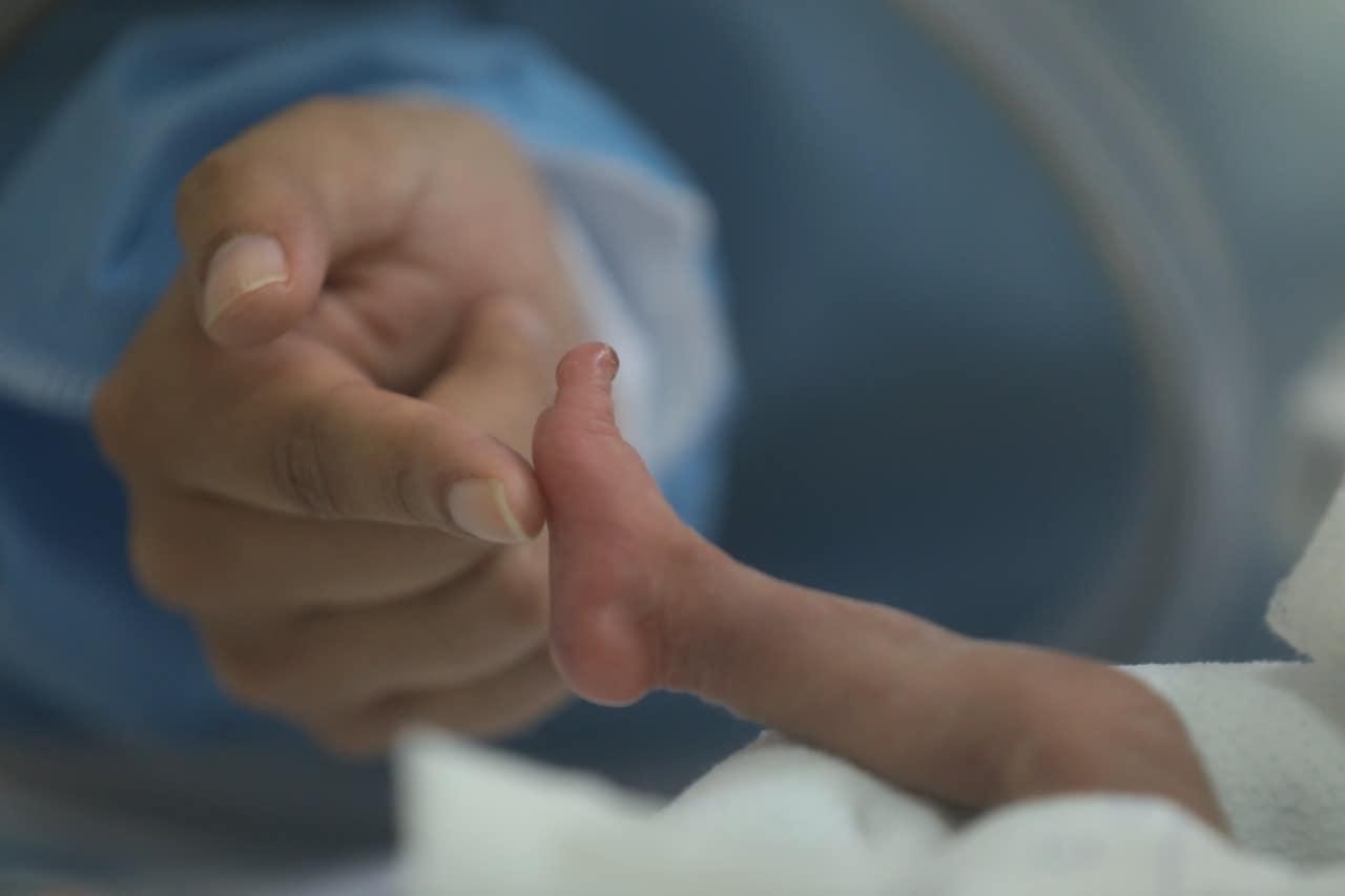 Bebê que nasceu prematuro e com apenas 930 gramas vence a Covid-19