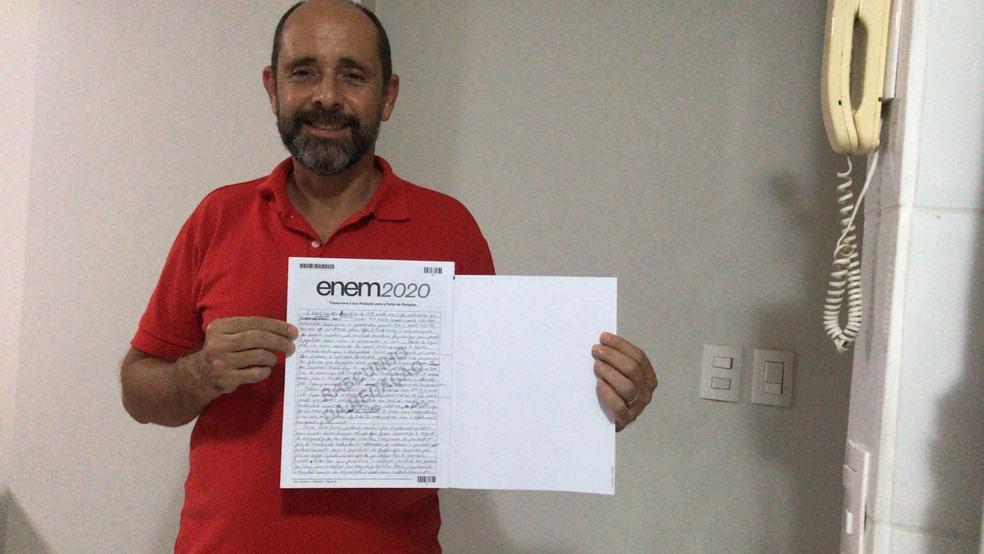 Ex-morador de rua vence as drogas e inspira com 920 pontos na redação do Enem