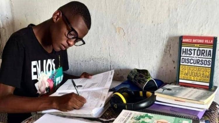 Jovem que estudava em casa 'emprestada' sem energia tira 980 na redação do Enem
