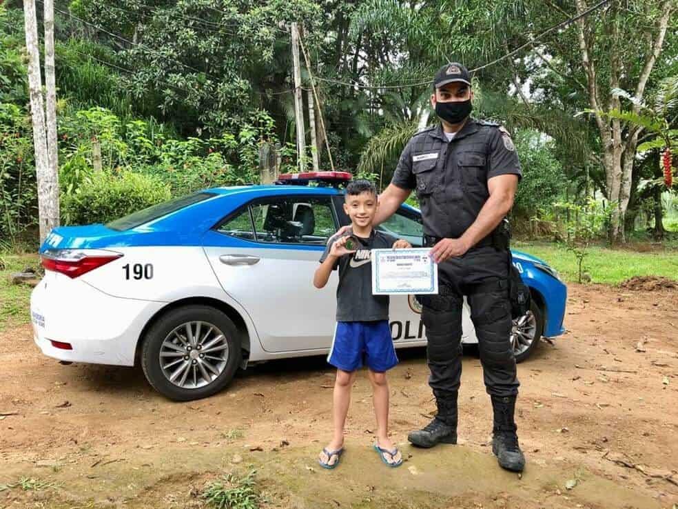 Garoto de 8 anos é condecorado pela PM por ajudar a salvar uma vítima de acidente
