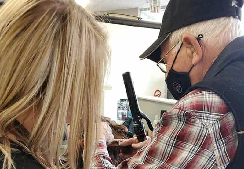 Vovô de 79 anos faz curso só para aprender a pentear e maquiar esposa doente