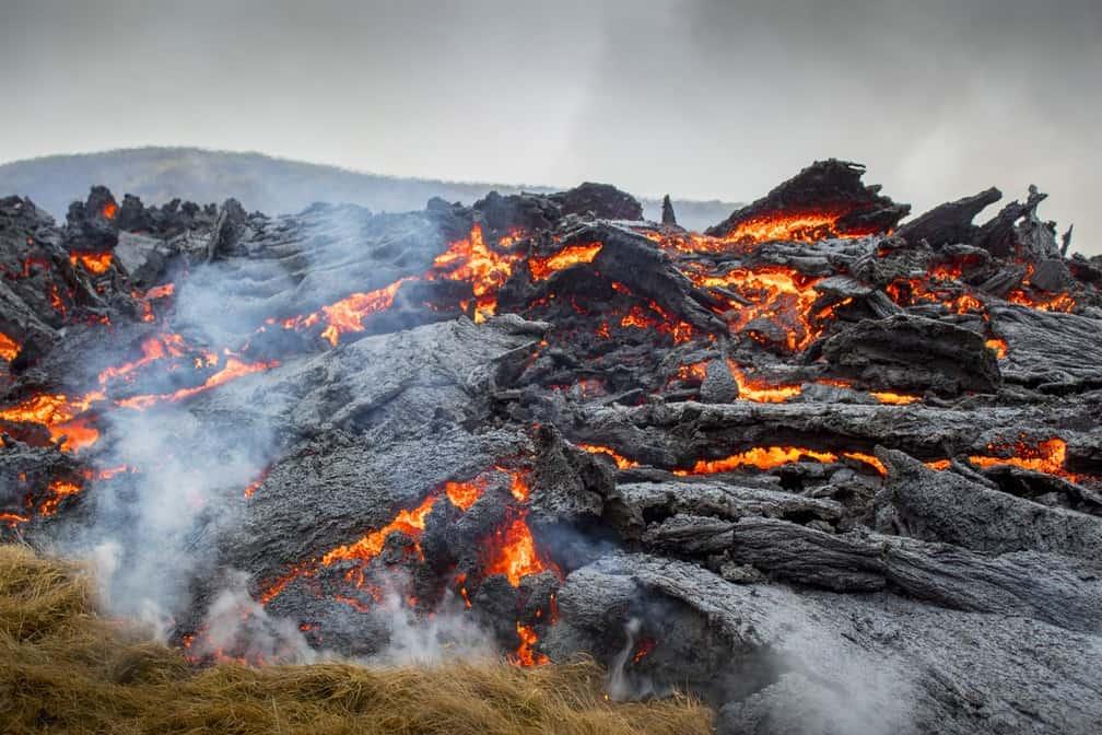 Drone captura momento exato em que vulcão entra em erupçãoq