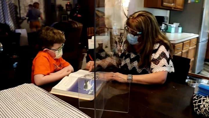Professora dá reforço para garotinho com câncer não perder o ritmo