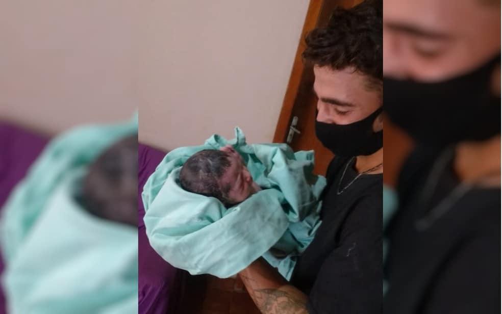 Bebê vem 'antes do tempo' e pai faz parto de sua esposa em casa