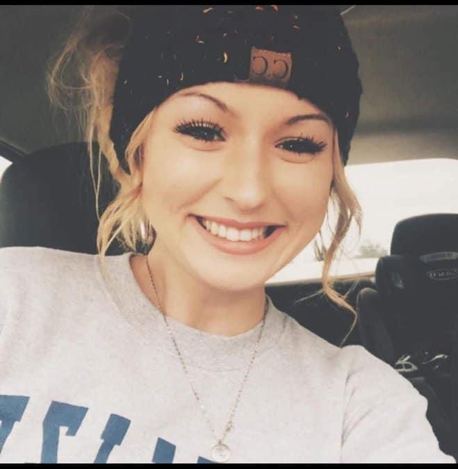 Garçonete tira mulher de dentro de carro em chamas após acidente