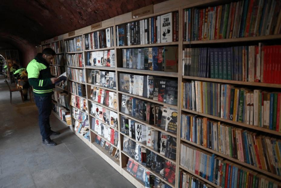 Garis recolhem livros do lixo e montam biblioteca comunitária