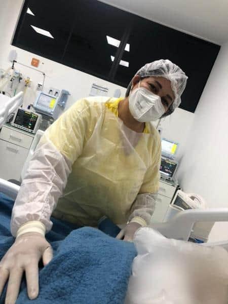 Técnica de enfermagem faz sapatinhos com gaze para aquecer pacientes