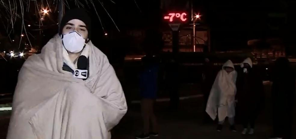 Família doa cobertor para jornalista que estava ao vivo sob -7ºC