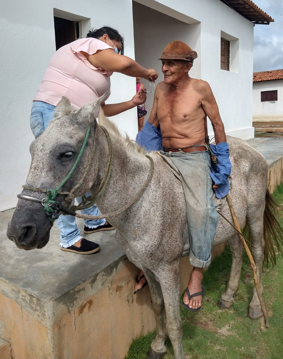 Paraibano é vacinado ainda montado em seu cavalo