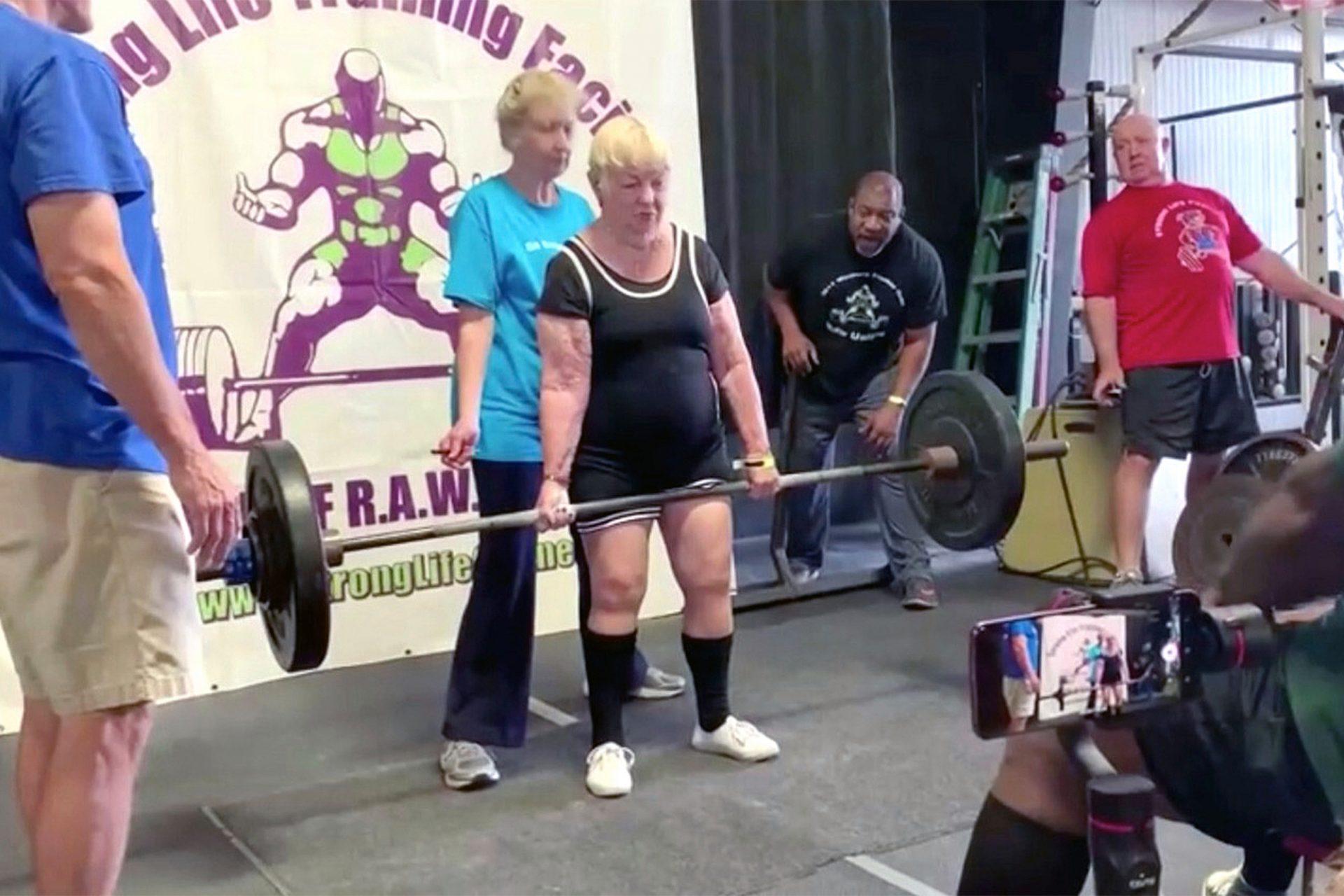 Mulher de 100 anos bate recorde mundial de levantamento de peso
