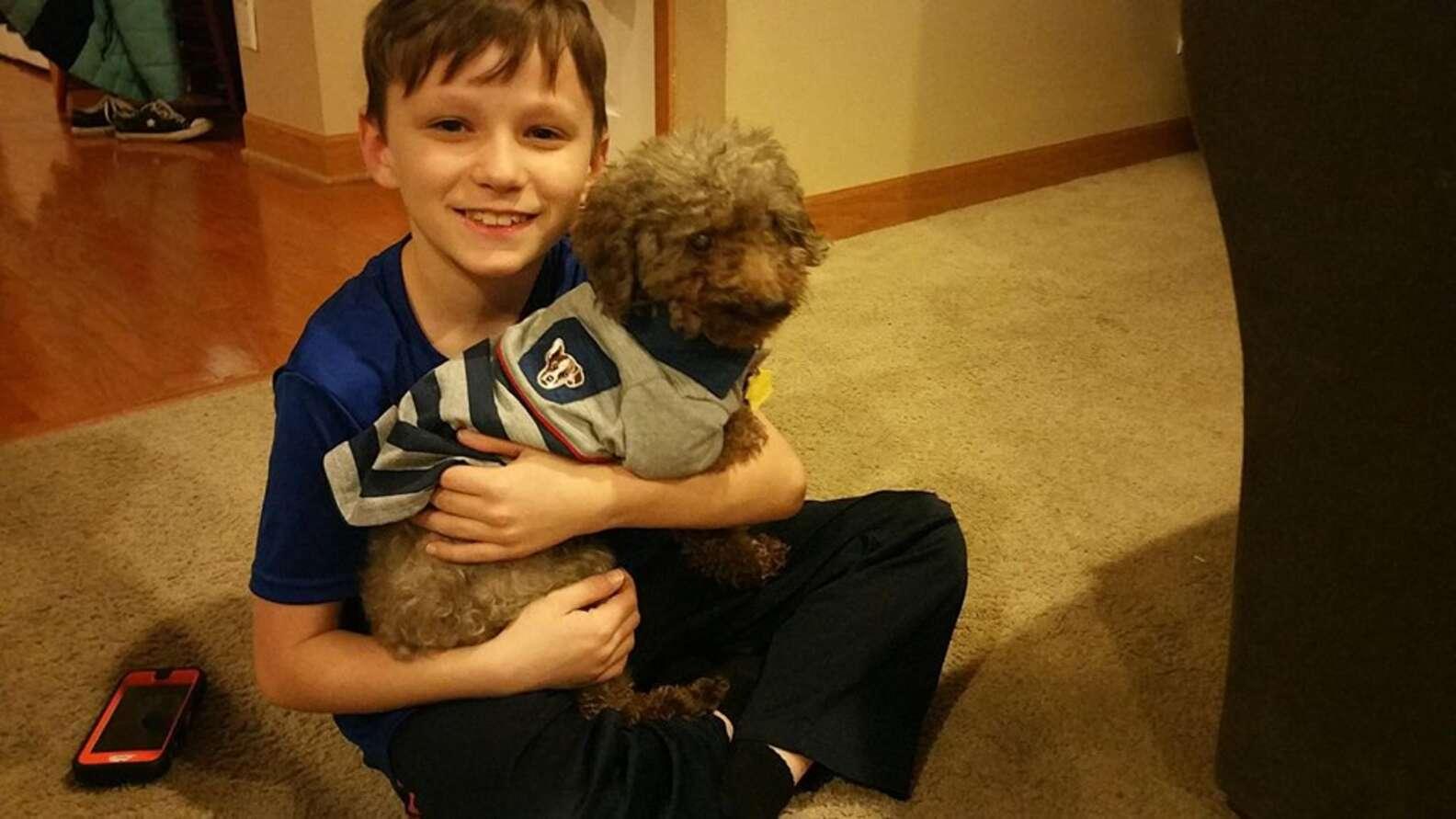 Menino adota cachorro velhinho para lhe dar um final feliz